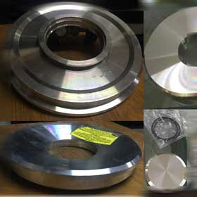 Pipe flange with clamp and cover (The cover prevents warping of the flange during welding.)